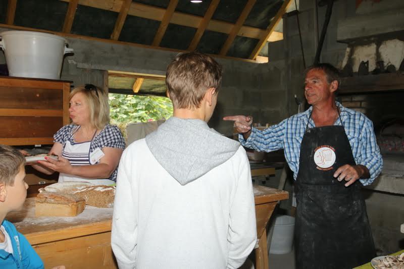 Alain Parise oeuvrant au four à bois, co-fondateur de l'association Au Jardin des Forges