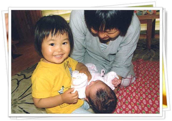 長女2歳、長男生後翌日の頃。