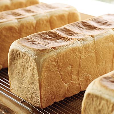 N2を代表するパン「常食」は練乳と牛乳を入れた、ミミまでしっとり美味しい仕上がり。焼き上がり時間とカット時間はHP又は電話で問い合わせを。(常食)