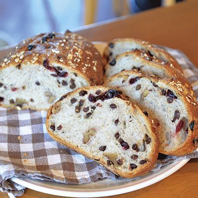 自家製天然酵母パン。やや酸味のある生地に3種のドライフルーツを入れた、味わい深い逸品です(フリュイセック)