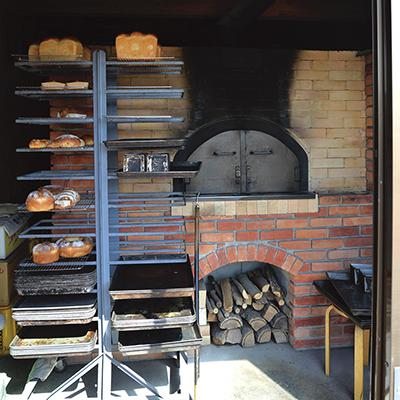 パンを絶妙な焼き具合に仕上げる店主手作りの薪窯
