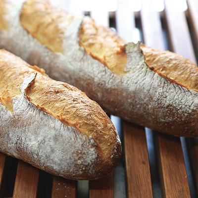 低温で熟成させた生地は、しっかりとした味わい。クラムがほんのり黄色いのが特徴。(国産小麦のフランスパン)