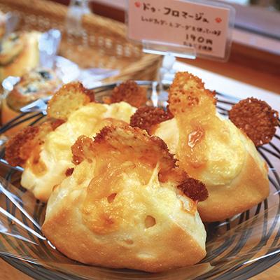 ピンクの札が卵不使用の目印!ふんわりかつ弾力のある生地の中にたっぷり練り込まれたチーズと、塩気のあるパリパリチーズの相性抜群!(ドゥ・フロマージュ)