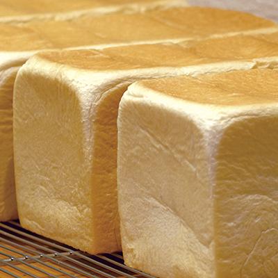 もちもち食感で食べごたえのある食パンは、そのままでもトーストしても◎。卵不使用。しっとり食パン