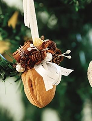 小さな木の実にワイヤーをかけ、巻きつけながら仕上げるトロッケンクランツで、可愛いくるみのオーナメントを。