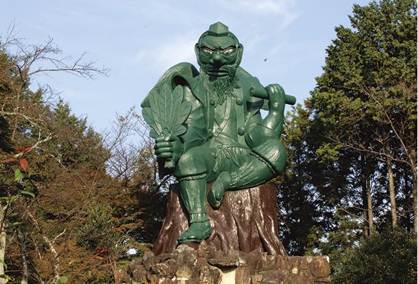 境内西端にある日本一大きい天狗像。