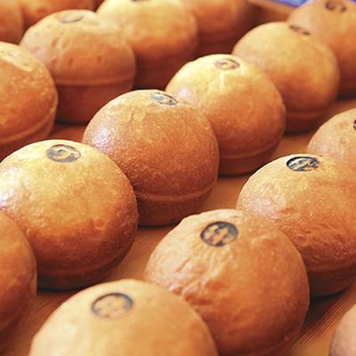 各パンには手作りの焼き印で目印を。