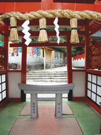 みに鳥居  姫之宮にあるを通り抜けると願いが天に通じると云われている。
