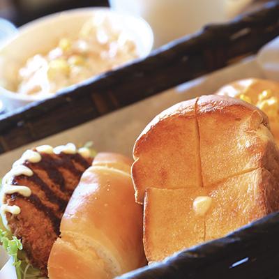 8:00~14:00まではブランチメニューを提供。高級食パンのトーストにサンド2種、サラダ、デザート、ドリンクがセット。食べごたえのある米粉パンなので、軽めのランチとしてもオススメ。/Aセット(ぜいたくサンドセット)