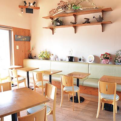 カフェスペースも併設。パンセットなど、焼き立てパンを良心的な金額でいただけます