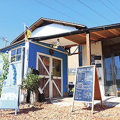 キレイなブルーが目を引く建物は、なんと全て店主夫婦の手作り!