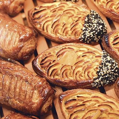 パリパリのクロワッサン生地にのせた,甘さ控えめの自家製さつまいもペースト。たっぷり飾られたゴマの風味が良いアクセントに。/スイートポテト