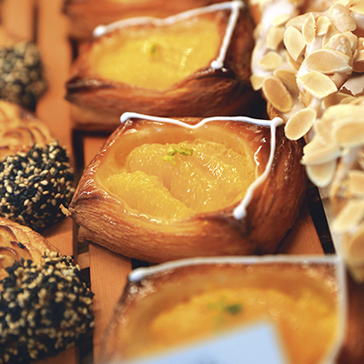 食べごたえのあるクロワッサン生地にヨーグルト風味のクリームと甘くジューシーなオレンジをオン。/オランジュ