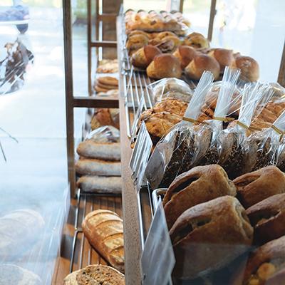 こだわりのパンがずらりと並ぶ。