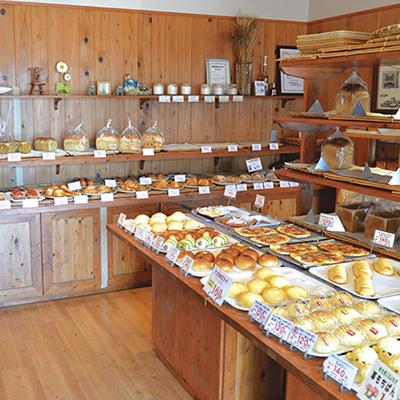 バリエーション豊かなパンや 季節限定パンがところ狭しと並ぶ店内
