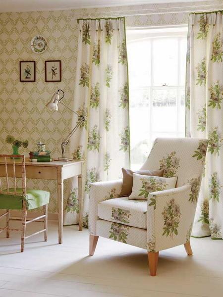 портьеры с фиксированной складкой из ткани с крупным принтом; чехол для кресла из такой же ткани