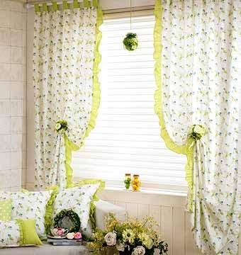 портьеры на петлях, украшенные оборкой; римская штора из однотонной ткани