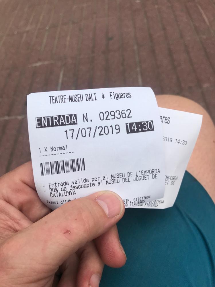 Hurray! Nach einer Stunde in der Schlange ein Ticket bekommen. 😀 Eintritt aber erst um 14:30 Uhr ...😬