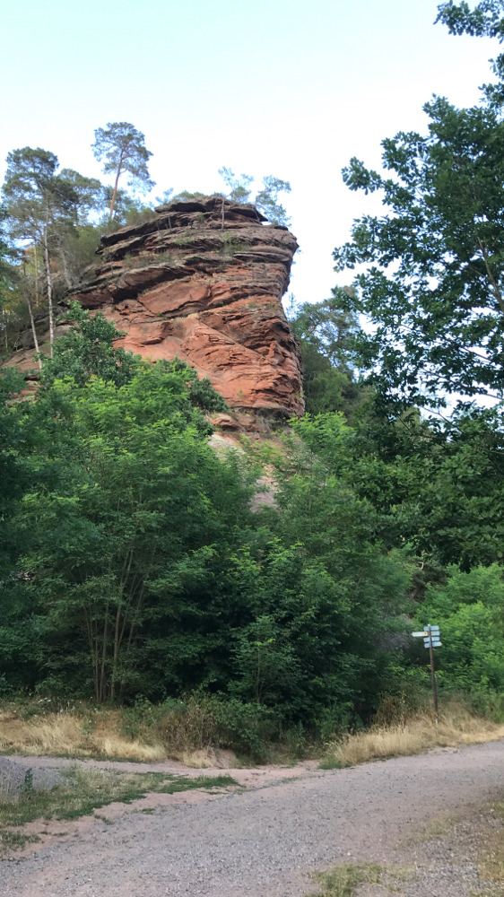 Rundherum Felswände und Wanderwege.