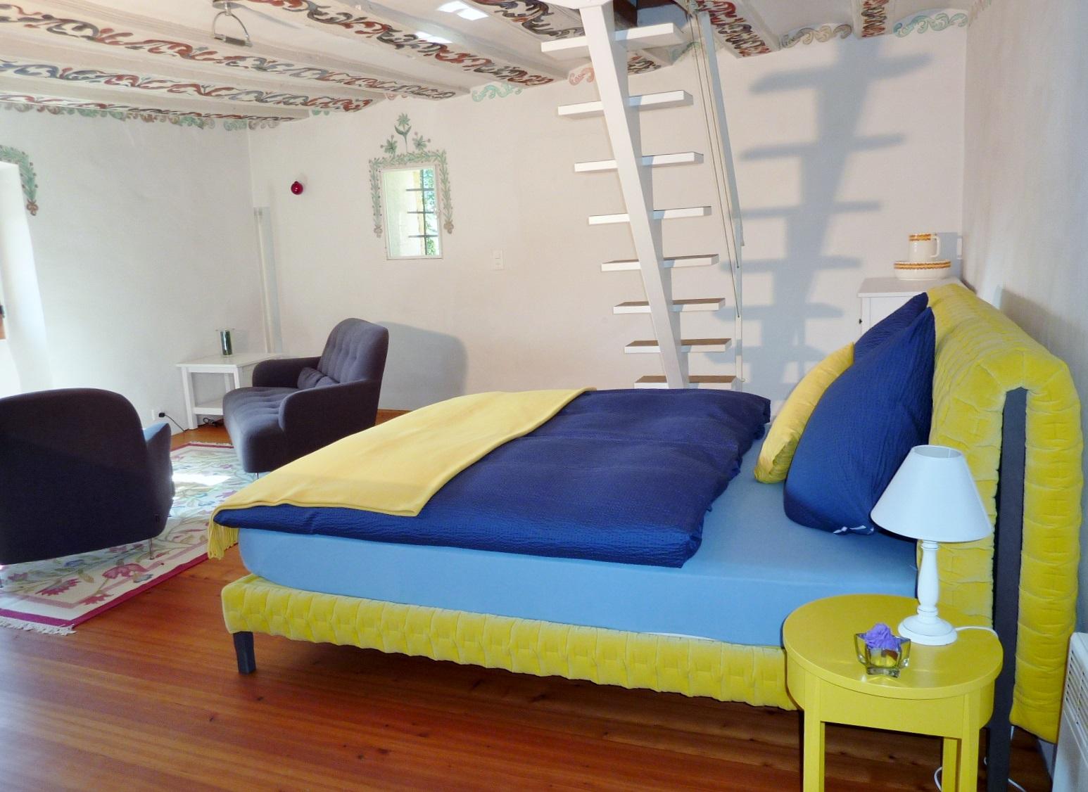 Im mittleren Geschoss: Treppe ins Wohn- und Schlafzimmer