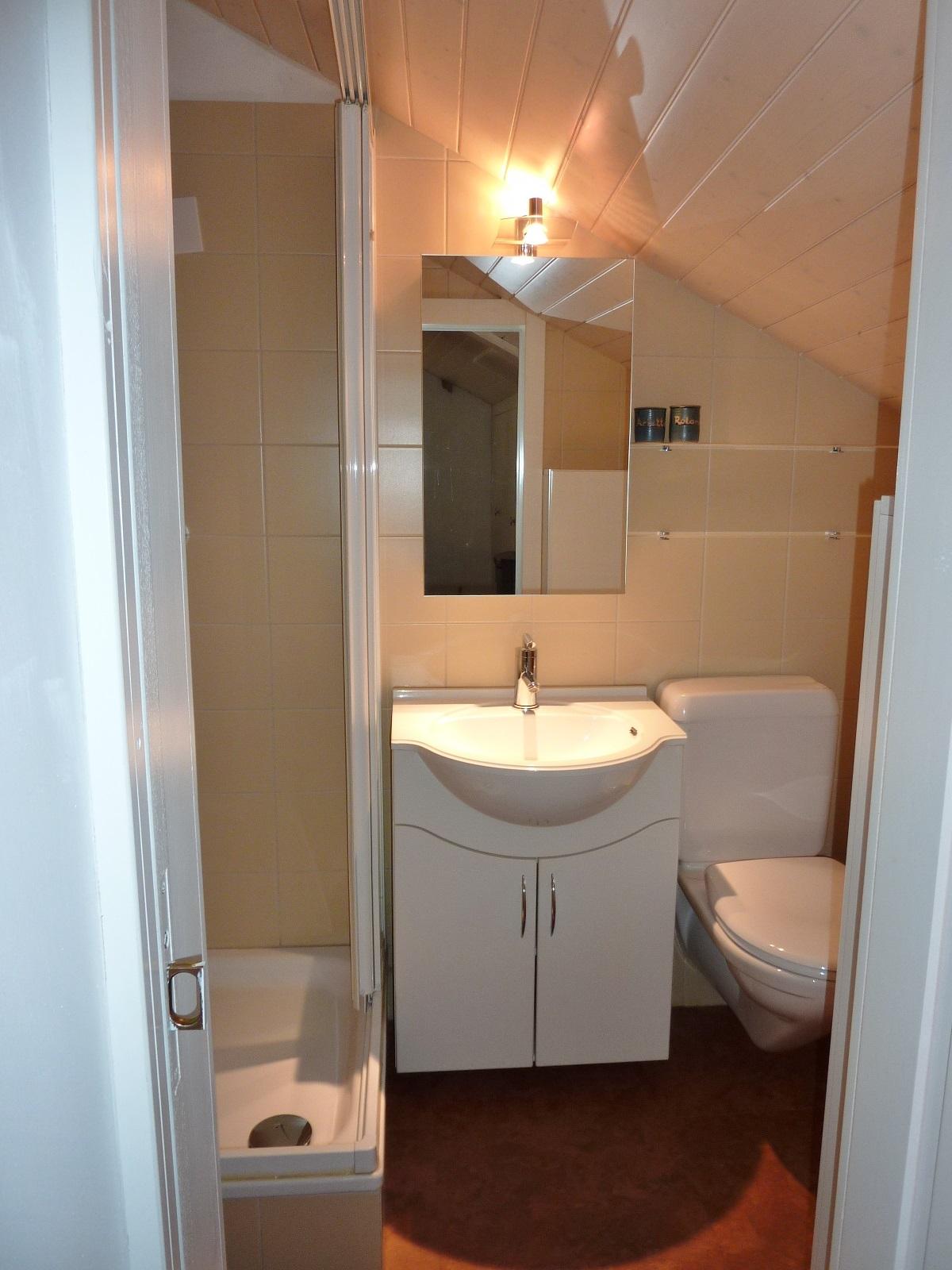 Im oberen Geschoss: Dusche / WC