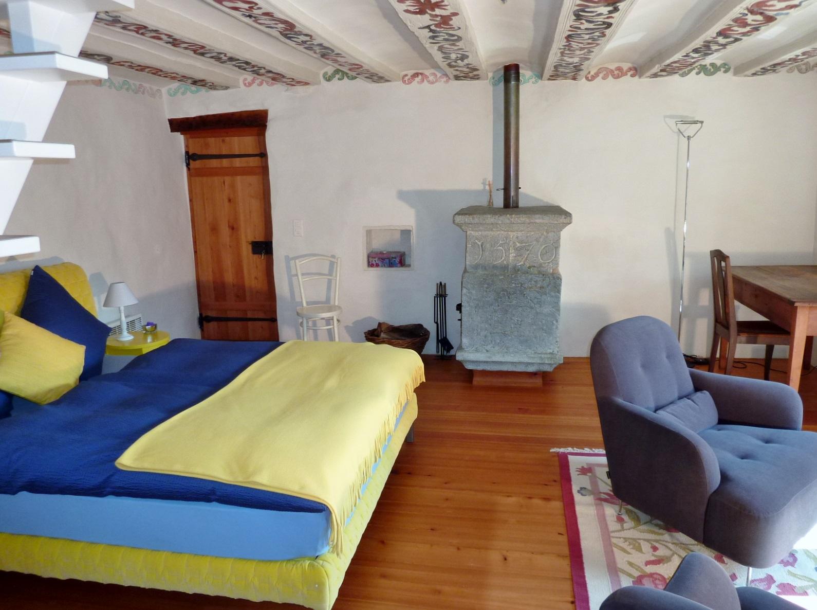 Im mittleren Geschoss: das Wohn- und Schlafzimmer mit dem Giltsteinofen
