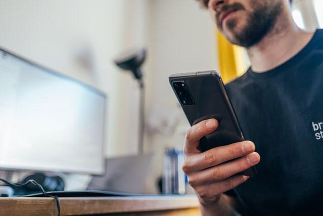 Mann rettet die Daten auf seinem Smartphone
