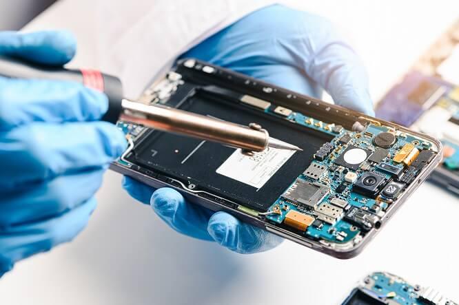 Schaltkreise eines Handys werden neu verlötet