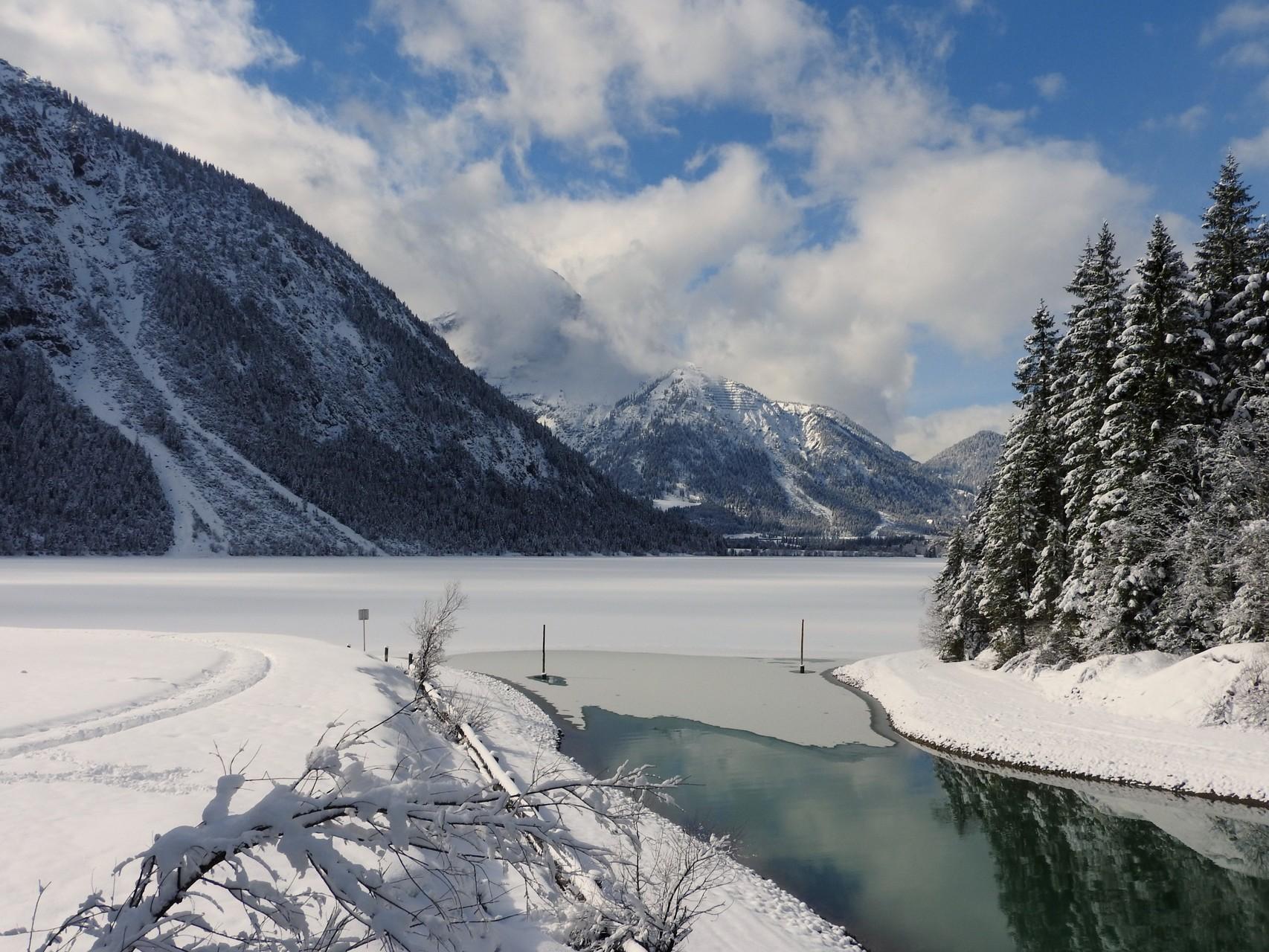 Blick auf den gefrorenen Plansee