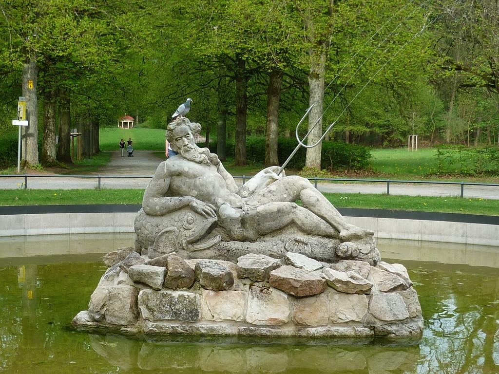 neu erwachte Mannbarkeit im Neptunbrunnen, es fliesst wieder Wasser...