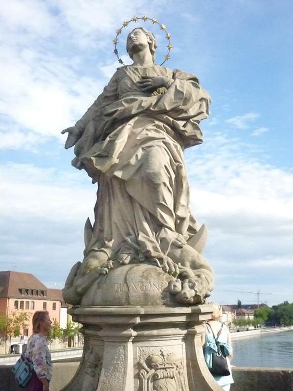 Frankonia-Maria, die Sternenbekränzte Mondgöttin, auf dem Drachen stehend