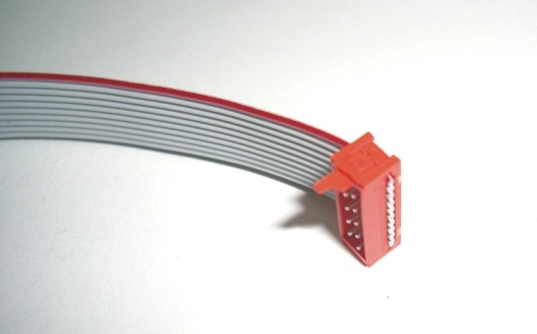 Die Steckverbinder sind schnell und sicher auf den Buchsen der Platinen auf- oder abgesteckt. Sie stehen für höchste Ansprüche und Sicherheit ohne irgendwelche Kontaktprobleme. Die Verbindungen sind mit dem Flachbandkabel flexibel und wartungsfrei.