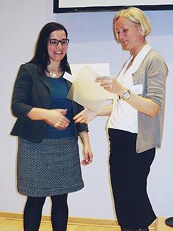Preisverleihung 2015 durch Prof. Silvia Schneider an Dr. Barabara Schwerdtle