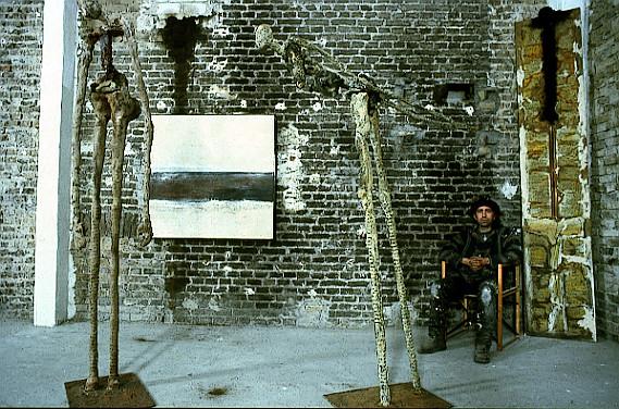 Amador Vallina con pinturas y esculturas en su taller en Wiesbaden