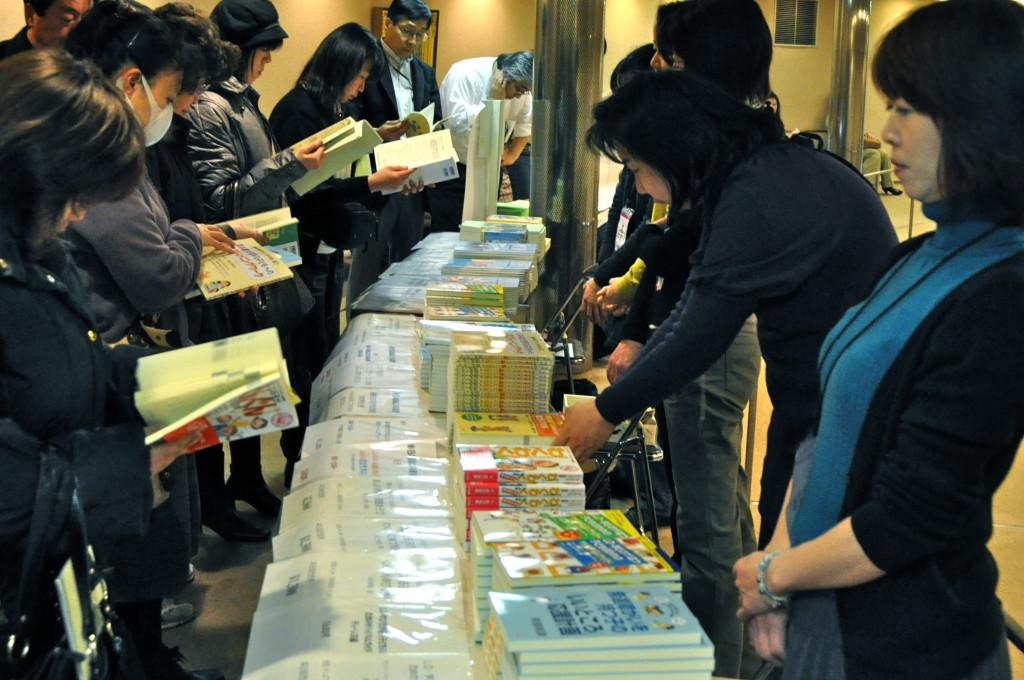 兵庫県LD親の会「たつの子」の皆さんの書籍の販売