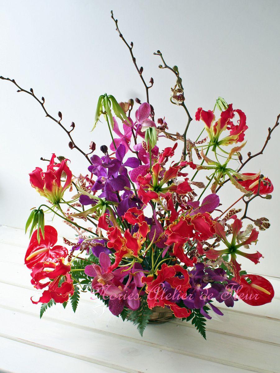 還暦のお祝いに赤いグロリオサとランの花で