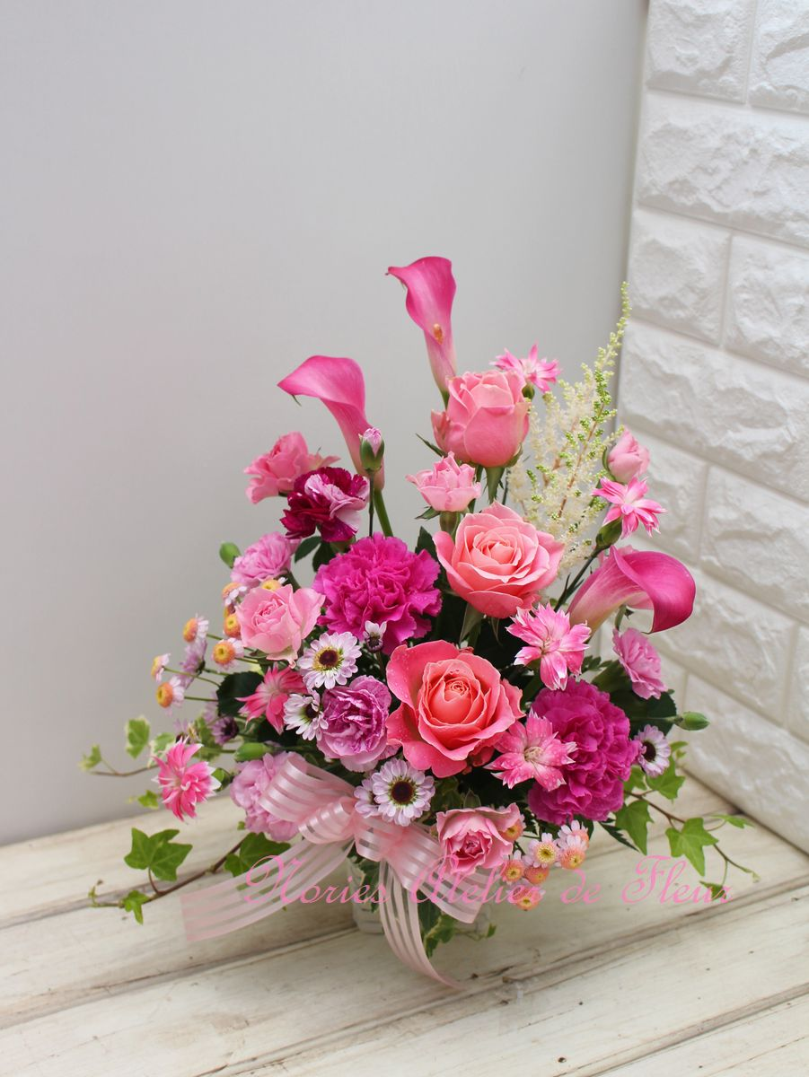 ピンク系のバラ、カラー、カーネーションの母の日のアレンジメント