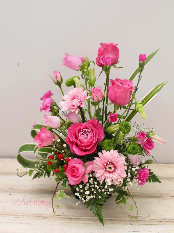 生花のアレンジメント ピンク系で