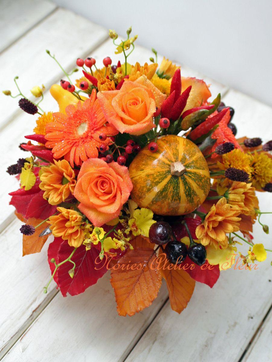 オレンジ系のバラとミニカボチャのハロウィンのアレンジメント