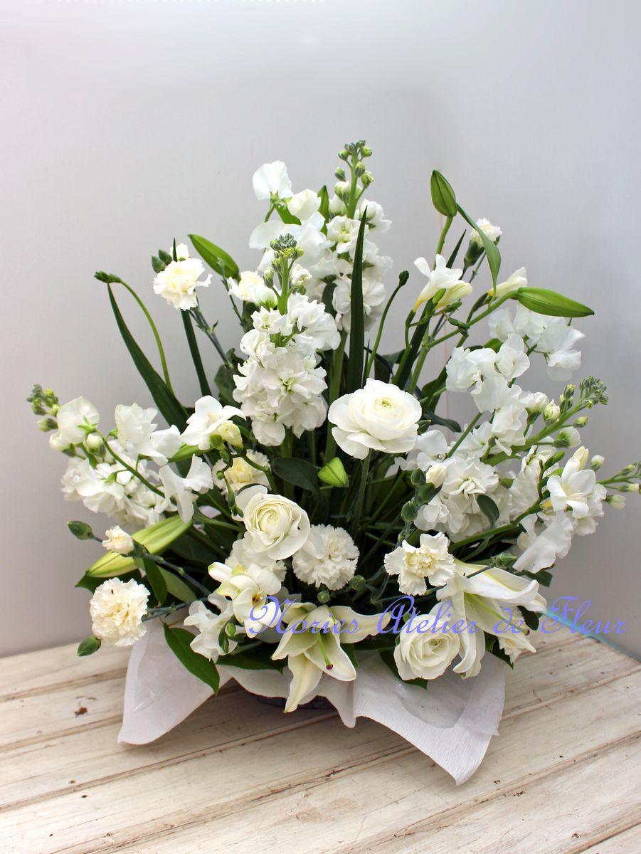 ストック、スイトピー、ランキュラス、フリージアなど春の香りのする生花アレンジメント