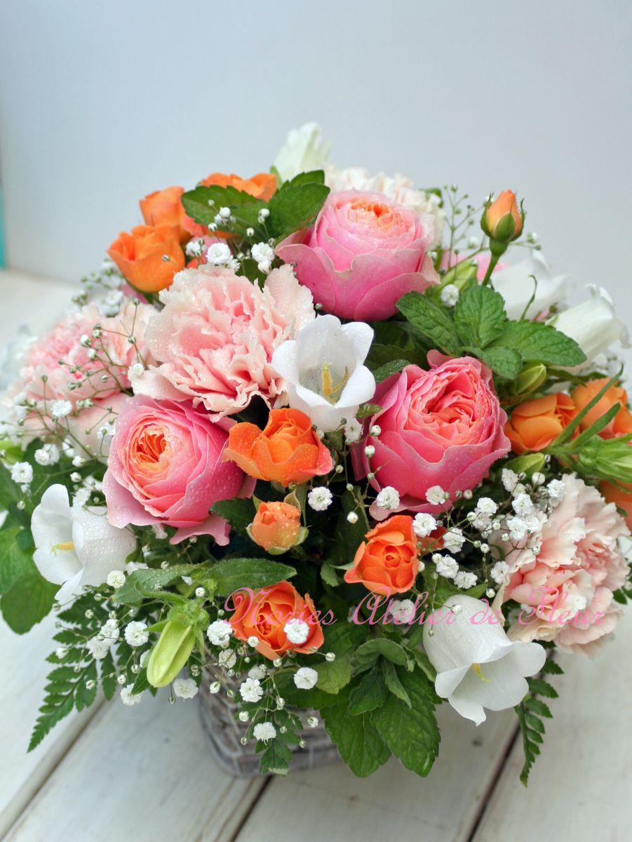 サーモンピンクのバラとカスミソウのアレンジメント