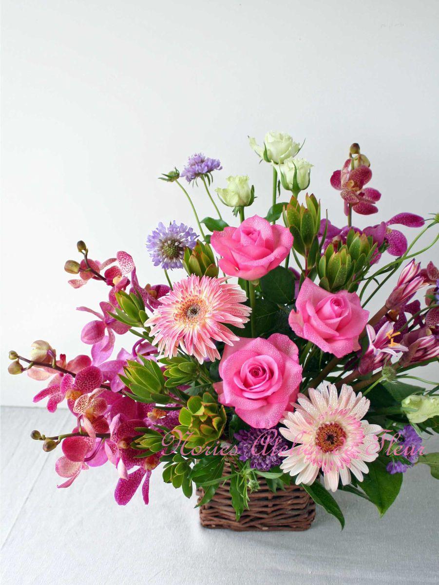 ピンク系のバラ、ガーベラ、ランを使ったアレンジメント