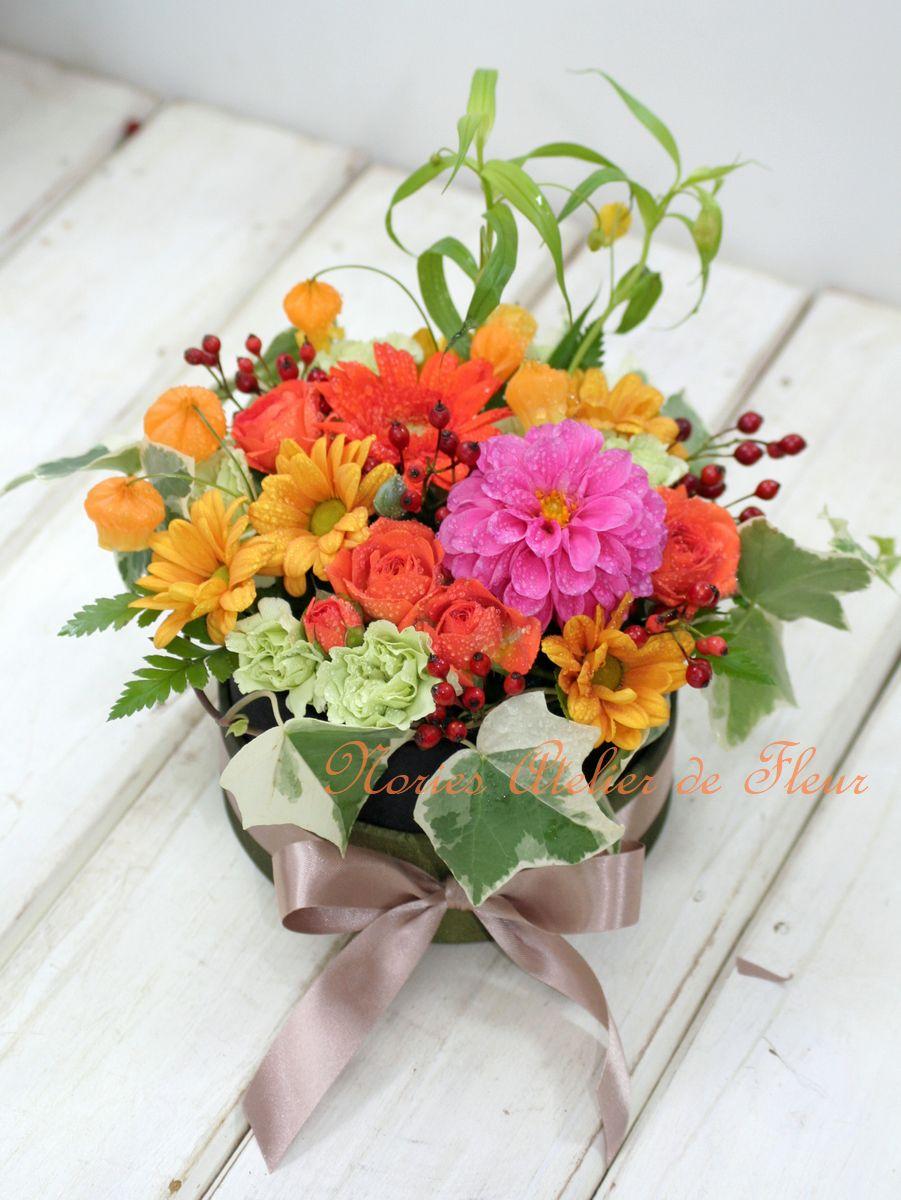 ジニアとオレンジ系のお花の丸いボックスフラワー