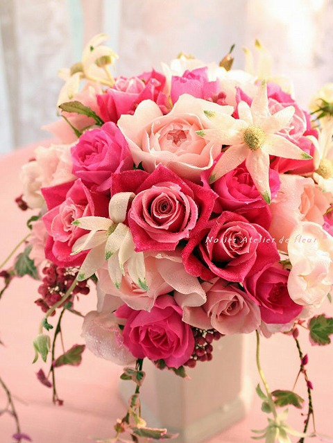 生花のピンクのバラのラウンドブーケ