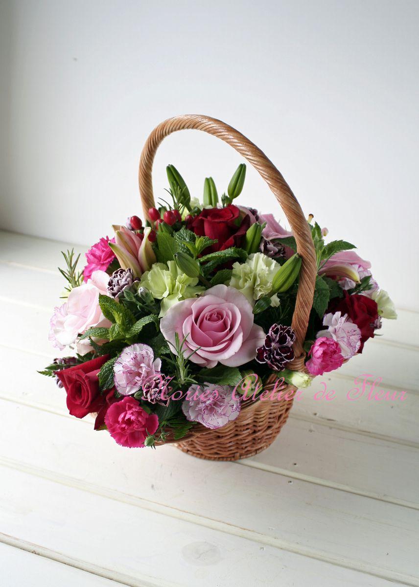 手付きのバスケットのアレンジメント ピンク、赤のバラで。