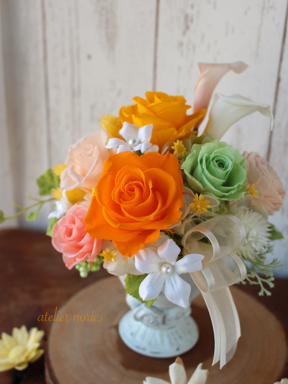 オレンジのバラとカラーのアレンジメント
