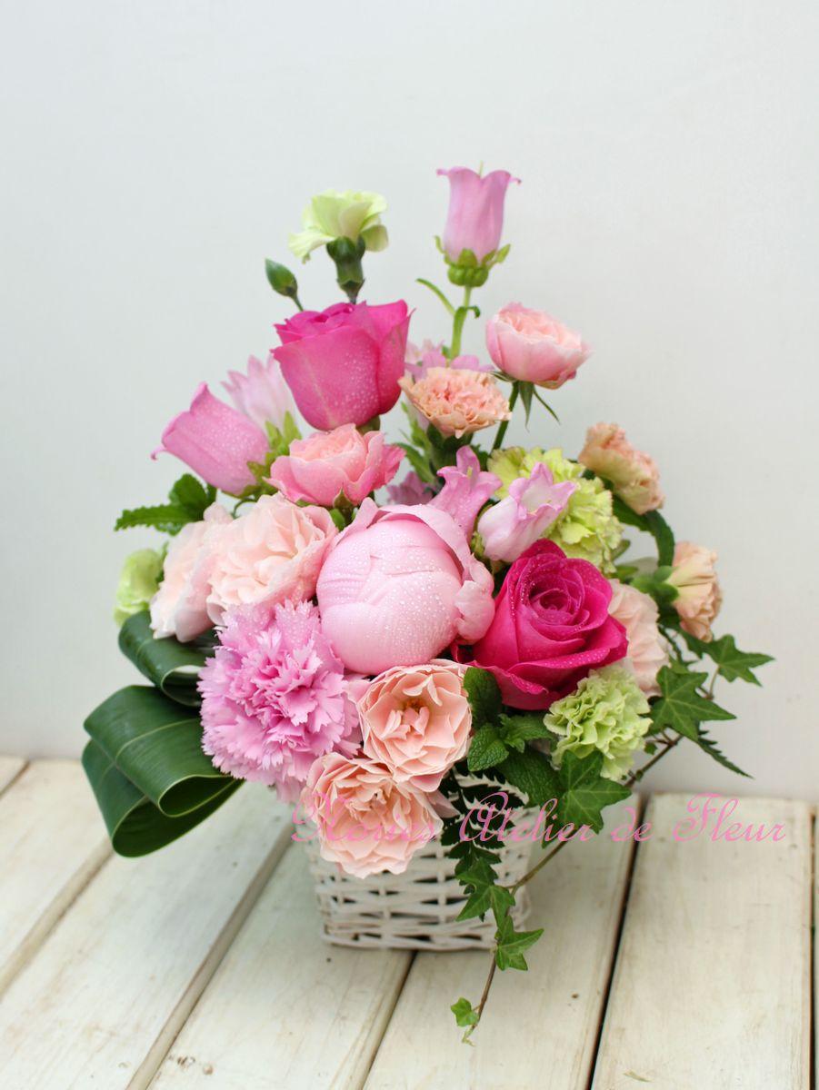 淡いピンクの芍薬とカーネーションのアレンジメント