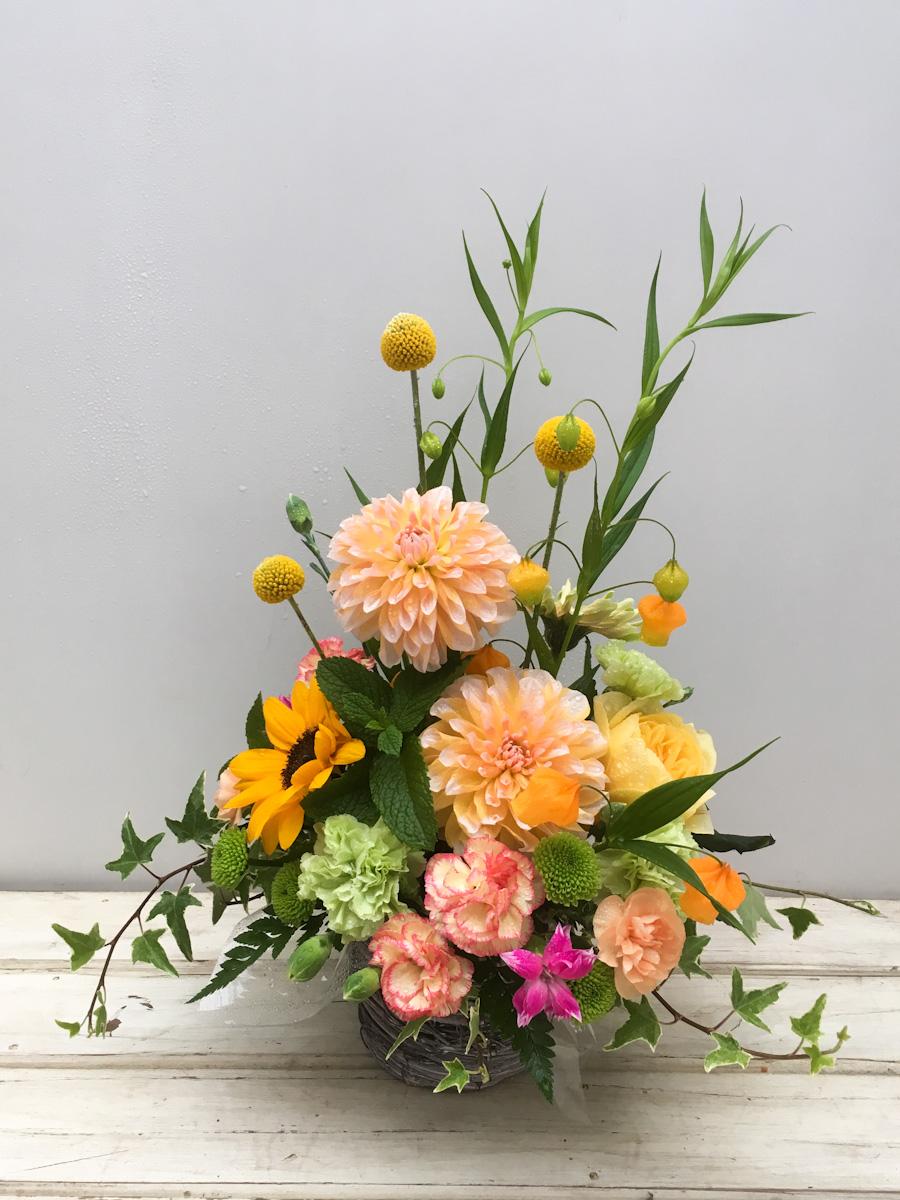 オレンジのダリアとビタミンカラーの花材で母の日のギフトに