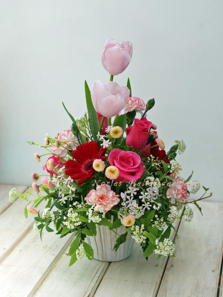 チューリップとピンクのバラのアレンジメント