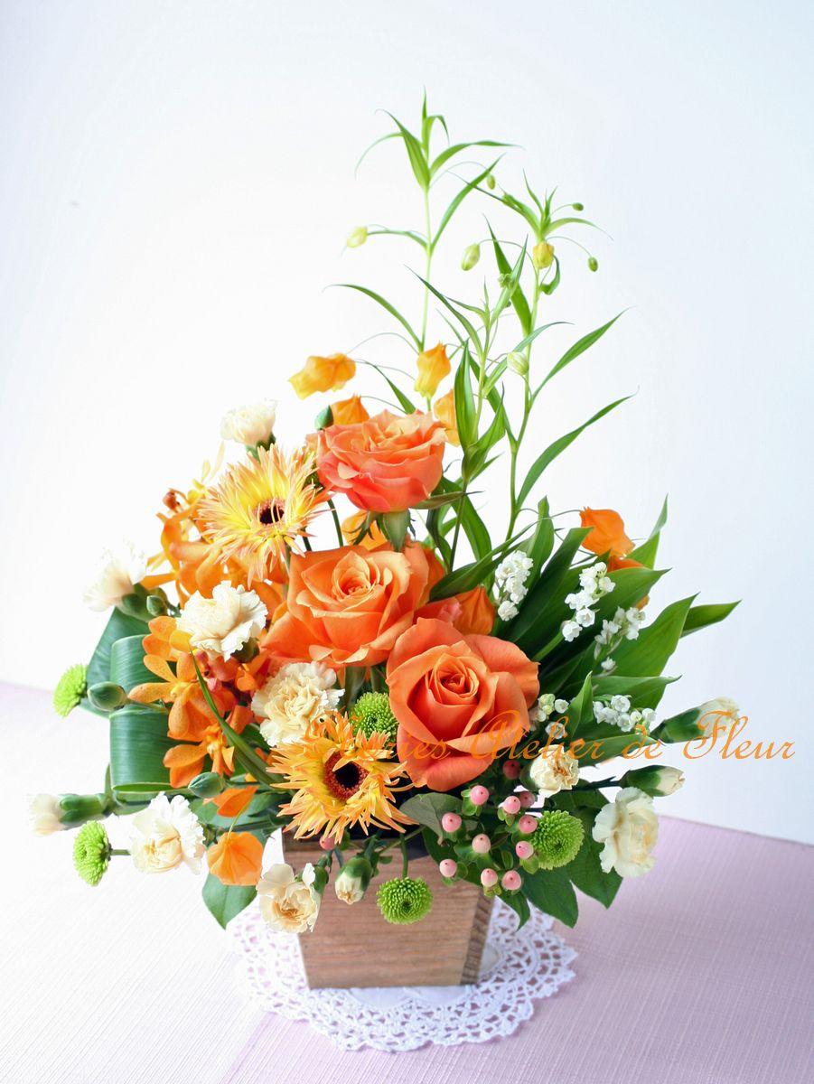 オレンジのバラとサンダーソニアのアレンジメント